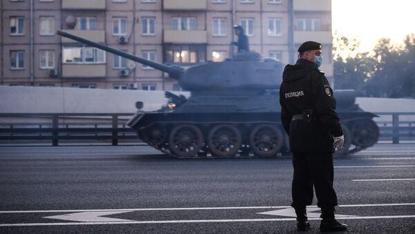 Policejní důstojník během příjezdu vojenské techniky, která se dne 24. června zúčastní přehlídky vítězství na Rudém náměstí. - Sputnik Česká republika