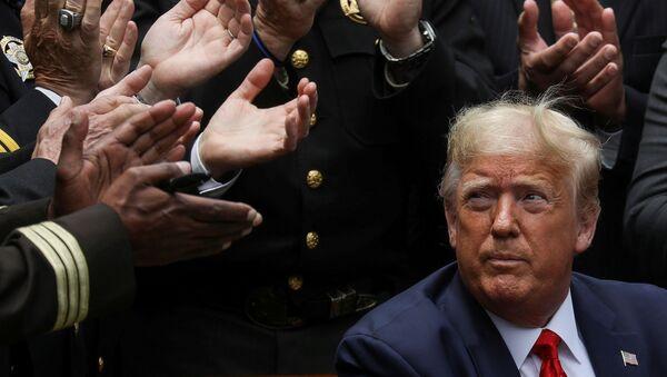 Americký prezident Donald Trump po podpisu příkazu k reformě policie v Růžové zahradě Bílého domu - Sputnik Česká republika