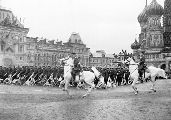 Přehlídku vykonal maršál sovětského svazu Georgij Žukov. Přehlídce velel maršál Konstantin Rokossovskij. - Sputnik Česká republika