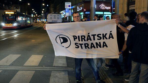 Příznivci České pirátské strany s vlajkou - Sputnik Česká republika