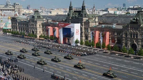 Tanky T-34-85 během vojenské přehlídky u příležitosti 75. výročí vítězství.  - Sputnik Česká republika