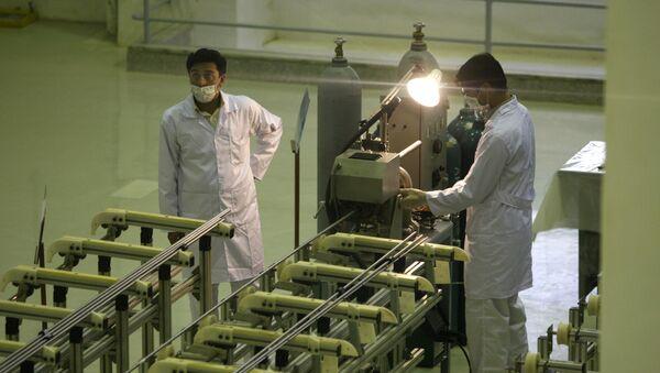 Íránští vědci pracují se zařízením na výrobu uranového paliva pro jaderný reaktor. Archivní foto - Sputnik Česká republika