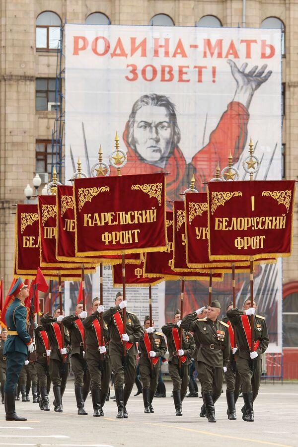Vojáci na vojenské přehlídce vítězství ve Volgogradu - Sputnik Česká republika