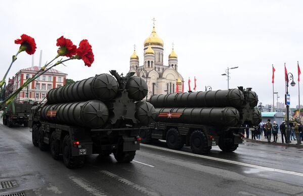 Protiletadlové raketové komplexy S-400 na vojenské přehlídce při příležitosti 75. výročí vítězství ve Vladivostoku - Sputnik Česká republika