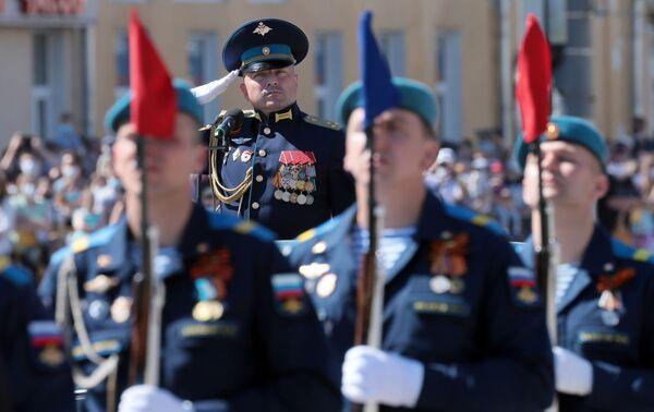 Vojáci v průvodu při vojenské přehlídce k 75. výročí vítězství v Tule - Sputnik Česká republika