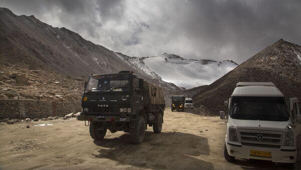 Kamion indické armády u jezera Pangong na hranici s Čínou, Ladak - Sputnik Česká republika