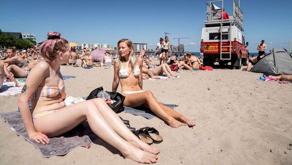 Dívky se opalují na pláži nedaleko Kodaně, Dánsko - Sputnik Česká republika