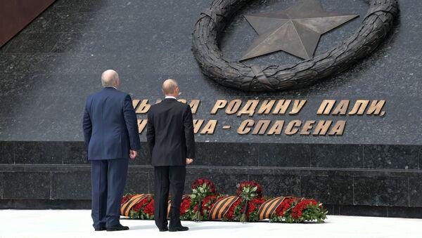Vladimir Putin a běloruský prezident Alexandr Lukašenko odhalili památník Sovětského vojáka u Rževa - Sputnik Česká republika