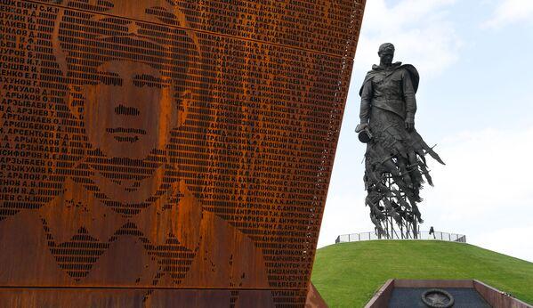 """""""Padli jsme za vlast, ale byla zachráněna."""" Prezidenti představili Rževský památník sovětskému vojákovi - Sputnik Česká republika"""