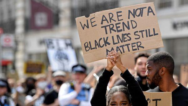 Demonstranti drží ceduli během protestů Black Lives Matter v Londýně - Sputnik Česká republika