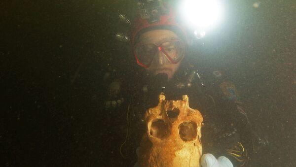 Potápěč zkoumá podvodní jeskyni poblíž Tulumu, Mexiko - Sputnik Česká republika