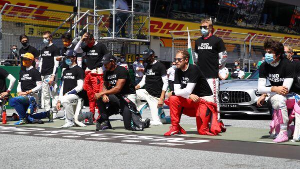 Piloti formule 1 klečí před závodem - Sputnik Česká republika