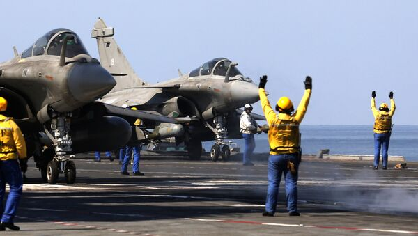 French navy Rafale fighter jets prepare to take off from the aircraft craft carrier Charles de Gaulle operating in the Gulf on February 25, 2015 - Sputnik Česká republika