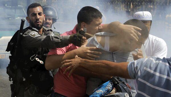 Izraelští vojáci zadržují účastníka protestních akci v muslimské čtvrti Jeruzalému - Sputnik Česká republika