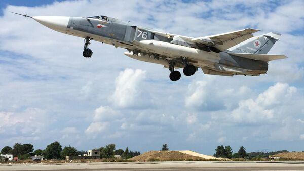 Ruský Su-24 vzlétá na základně Hmeimim v Sýrii - Sputnik Česká republika
