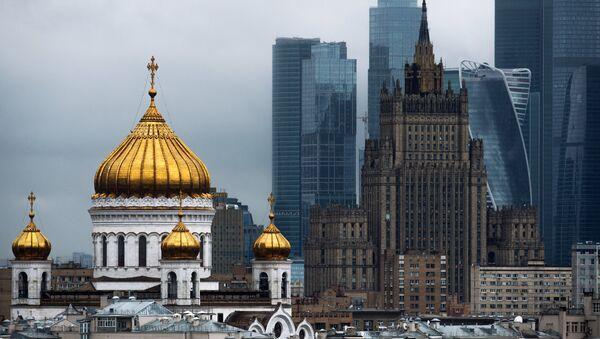Moskva, Katedrála Krista Spasitele, budova MZV RF a obchodní čtvrť Moskva-City - Sputnik Česká republika