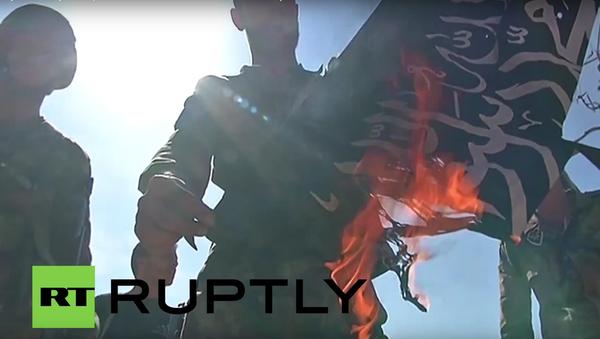 Záběry z operace v Atšanu: jásání syrských vojáků a pálení vlajky bojovníků - Sputnik Česká republika