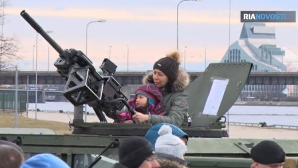 Dítě si hraje s kulometem v Rize - Sputnik Česká republika