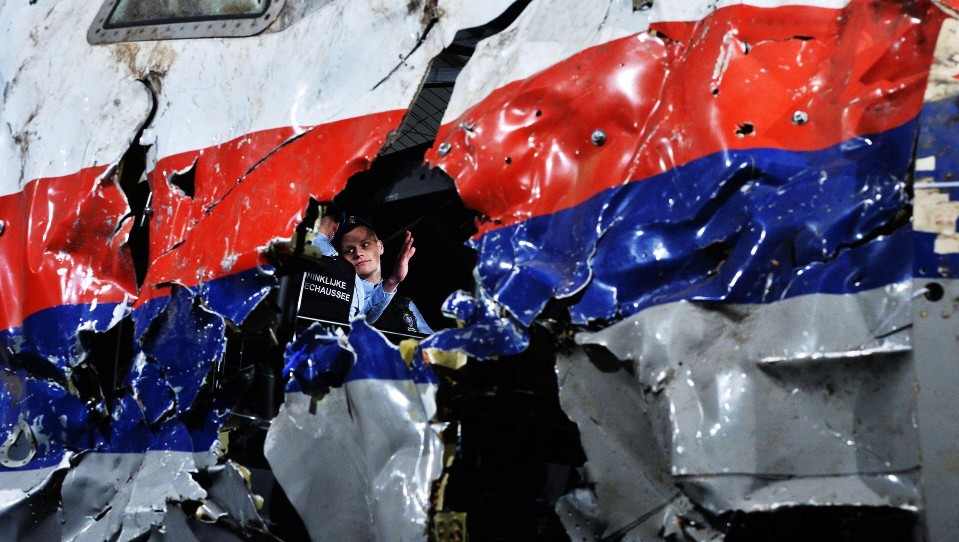 Část rekonstruovaného sestřeleného letadla Boeing 777 Malaysia Airlines, let MH17, na vojenské základně Gilze Rijen v Nizozemí  - Sputnik Česká republika, 1920, 15.04.2021