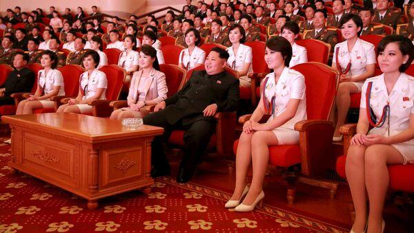 Severokorejský lídr Kim Čong-un s manželkou během koncertu na počest 70. výročí založení Korejské strany práce. - Sputnik Česká republika