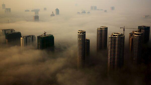 Mlha nad městem Rizhao v provincii Shandong, Čína. - Sputnik Česká republika