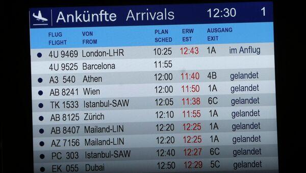 Tabule příletů na letišti v Düsseldorfu - Sputnik Česká republika