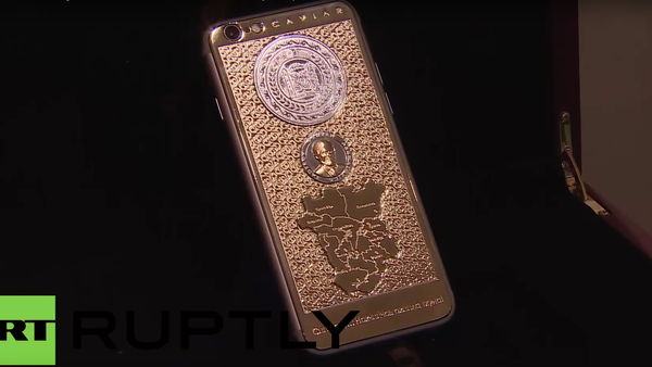 Zlatý iPhone 6S s portrétem Ramzana Kadyrova - Sputnik Česká republika