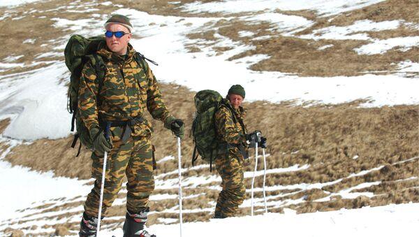 Příslušníci výzvědné roty 33. motostřelecké brigády během lyžařské přípravy v horách Dagestánu - Sputnik Česká republika