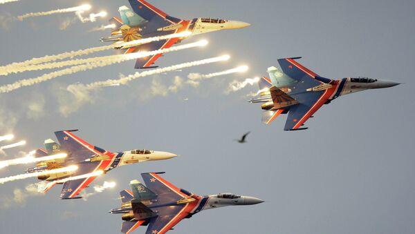 Akrobatická skupina Russkije viťjazi (Ruští reci) ve složení ze čtyř stíhaček Su-27 - Sputnik Česká republika