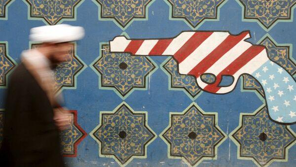 Íránský duchovní prochází kolem malby na zdi bývalého velvyslanectví USA v Teheránu - Sputnik Česká republika