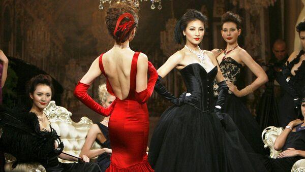 Modelky ukazují šperky na přehlídce v Šanghaji - Sputnik Česká republika