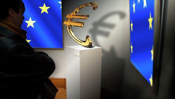 Vlajky EU a logo eura - Sputnik Česká republika