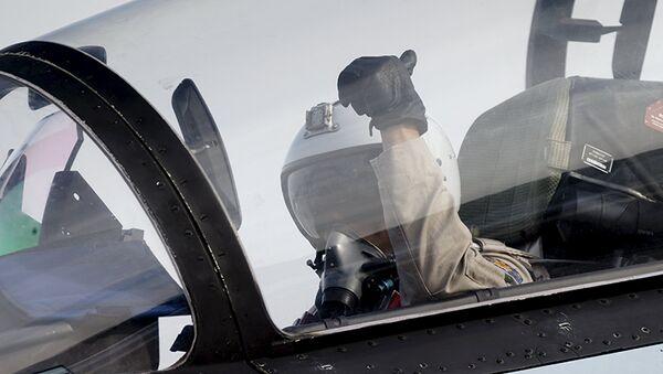 Letec stíhačky Suchoj Su-30 na letecké základně Hmeimim - Sputnik Česká republika