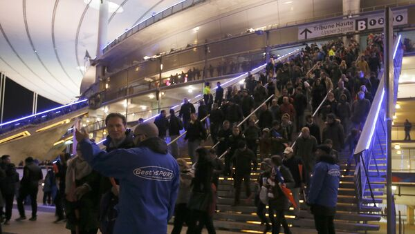 Lidé opouštějí fotbalový stadión Stade de France - Sputnik Česká republika