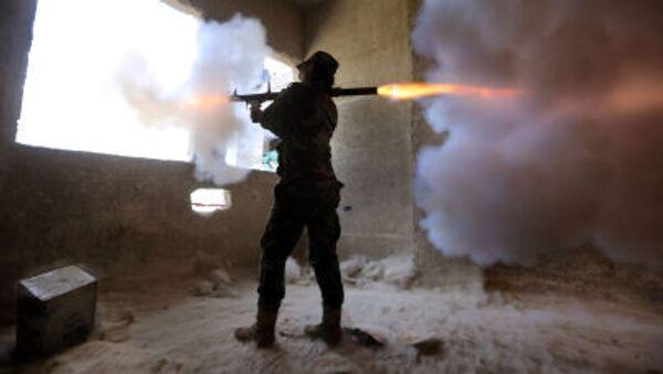 Sniperka ze syrského ženského praporu střílí na povstalce z granátometu - Sputnik Česká republika