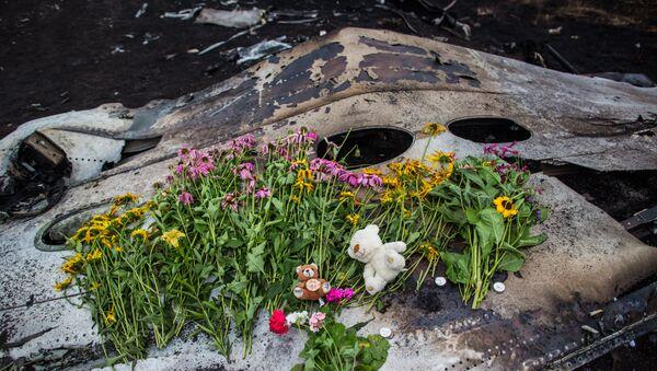 Květy na místě havárie Boeingu 777 - Sputnik Česká republika