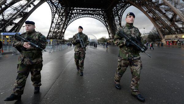 Francouzští vojáci hlídkují Eiffelovu věž - Sputnik Česká republika