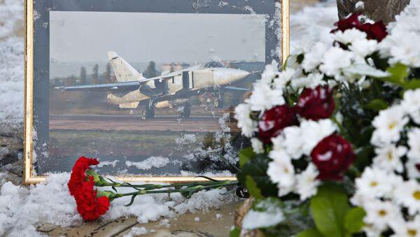 Květiny u pomníku letců ve středu Lipecku na památku pilota Su-24, ketrý byl sestřelen vedle turecko-syrské hranici - Sputnik Česká republika