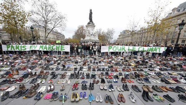 Účastníci zrušené akce zanechali na pařížském náměstí tuny obuvi - Sputnik Česká republika