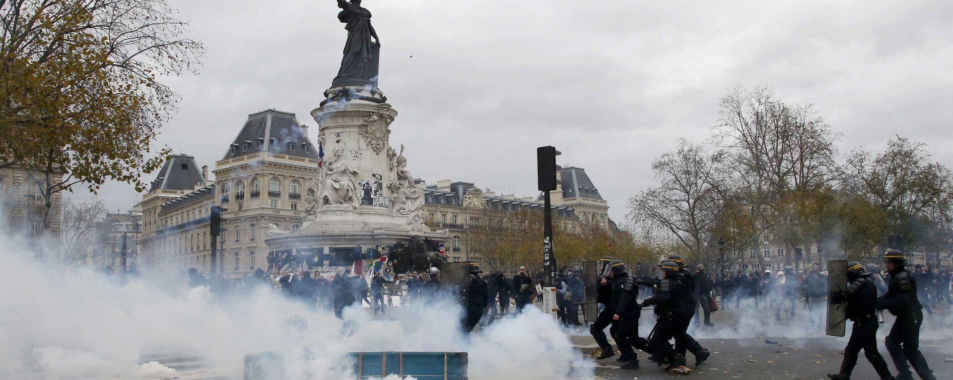 Asi sto lidí zadrželi v Paříži během nepokojů na mítinku na ochranu ekologie - Sputnik Česká republika, 1920, 27.07.2021