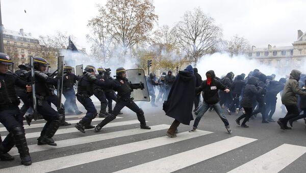 Asi sto lidí zadrželi v Paříži během nepokojů na mítinku na ochranu ekologie - Sputnik Česká republika