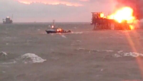 Na hořící ropné plošině v Kaspickém moři probíhá evakuace - Sputnik Česká republika
