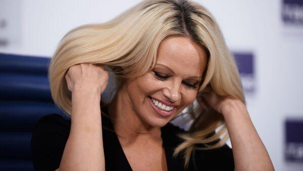 Herečka, modelka a ochránkyně zvířat Pamela Andersonová řekla, že se rozhodla tak úzce spolupracovat s RF v otázce ochrany zvířat, protože když Rusko něco slíbí, tak to splní - Sputnik Česká republika
