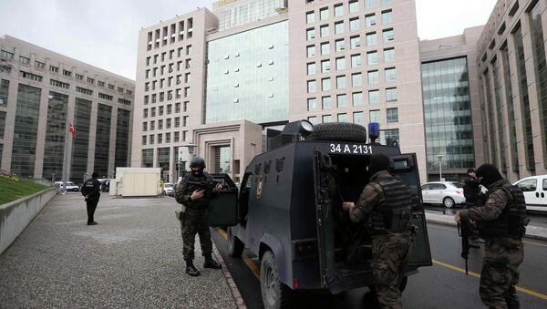 Turecký zásahový oddíl vchází do budovy prokuratury v Istanbulu - Sputnik Česká republika