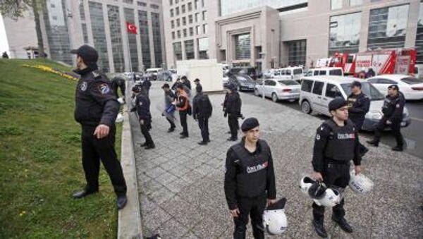 Turecký zásahový oddíl vedle budovy prokuratury v Istanbulu - Sputnik Česká republika