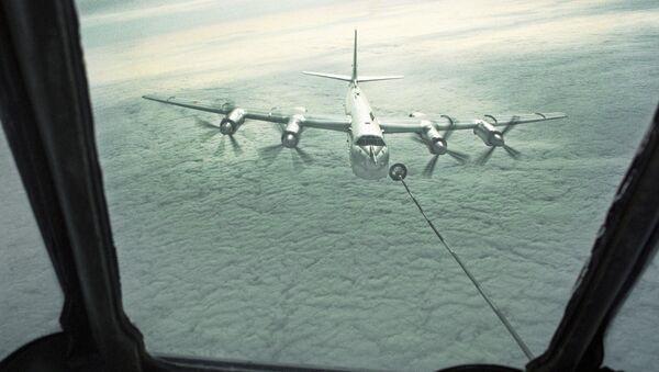 Strategický bombardér Tu-95 tankuje za letu - Sputnik Česká republika