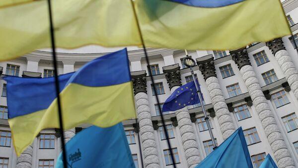Ukrajinský vlajky a vlajka EU - Sputnik Česká republika