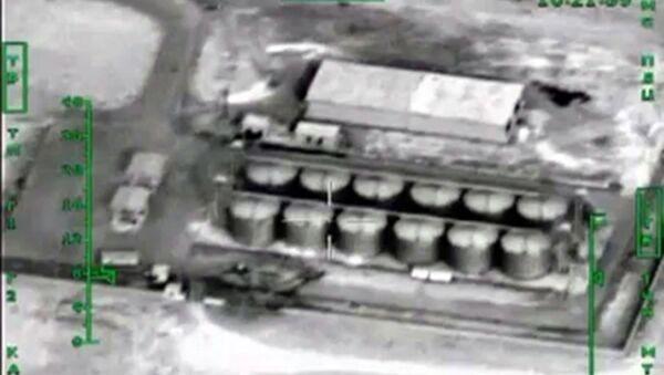 Ruské letectvo útičí na objekty pro zpracování ropy v Sýrii - Sputnik Česká republika