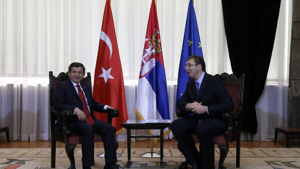 Hlava turecké vlády Ahmet Davutoglu a premiér Srbska Aleksandar Vučić - Sputnik Česká republika