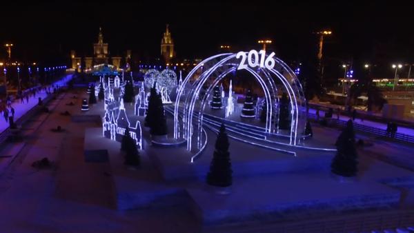 Dron natočil kluziště na moskevském výstavišti VDNCH, vyzdobené k Novému roku - Sputnik Česká republika